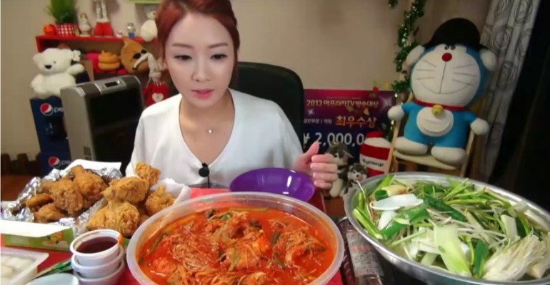 Mukbang o cómo ganar 10,000$ por comer delante de una cámara.